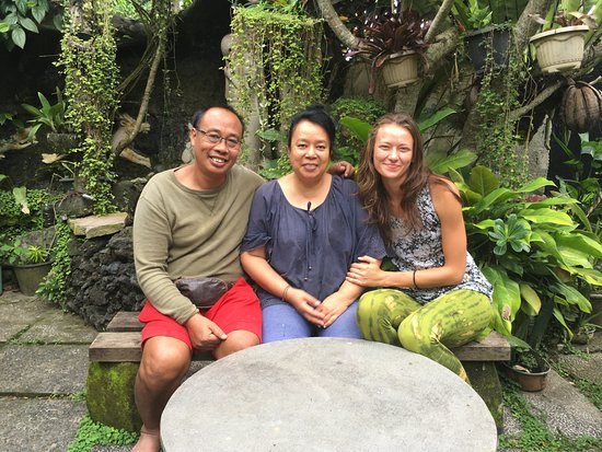 Nirwa Ubud Homestay: Nirwa Homestay lovely couple