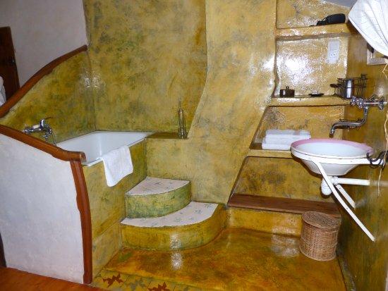 Trets, France: Vasque et baignoire sabot