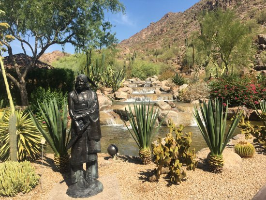 The Canyon Suites at The Phoenician: Water fall outside lobby