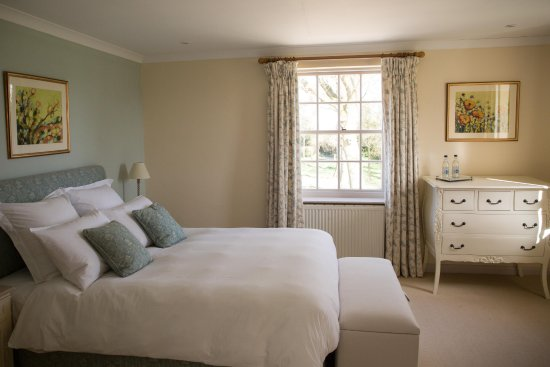 Dilwyn, UK : Our Teal room, with views out over the front lawn and drive.