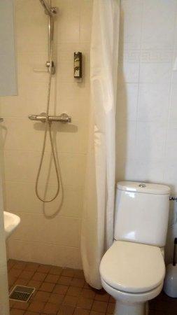 Hotel Noordzee : Smallest bathroom ever! Wet floors