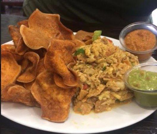 Mineola, Estado de Nueva York: Scrambled Eggs Mixed with Shredded Flank Steak (with Guacamole and Chipotle sauce)