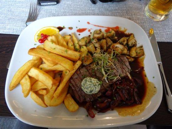 Ducherow, Deutschland: Steak mit köstlichen Champignons, Balsamico-Zwiebeln und sehr guten Pommes