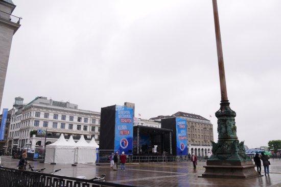 Rathausmarkt: 市庁舎広場に建つイベントの舞台