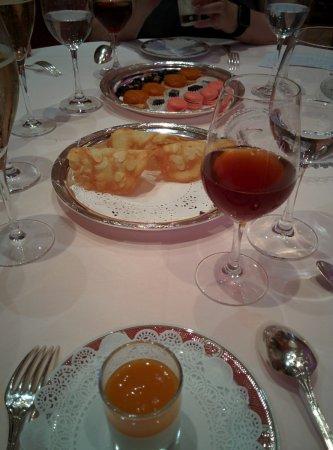 Restaurant Pierre Orsi: Quelques friandises accompagné d'un vin cuit fumé au feu de bois