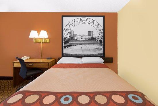Boone, IA: 1 Queen Bed Room