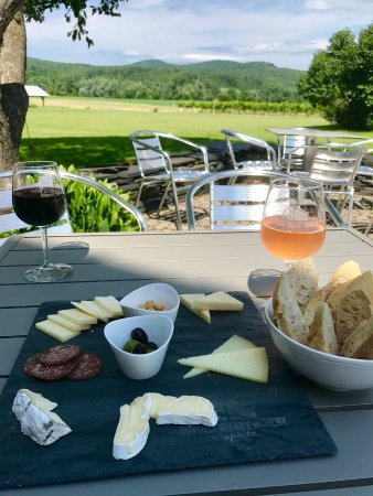 Cambridge, VT: Cheese platter on the patio