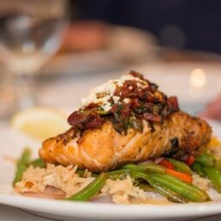 Kelly's Outer Banks Restaurant and Tavern: Salmon perfection