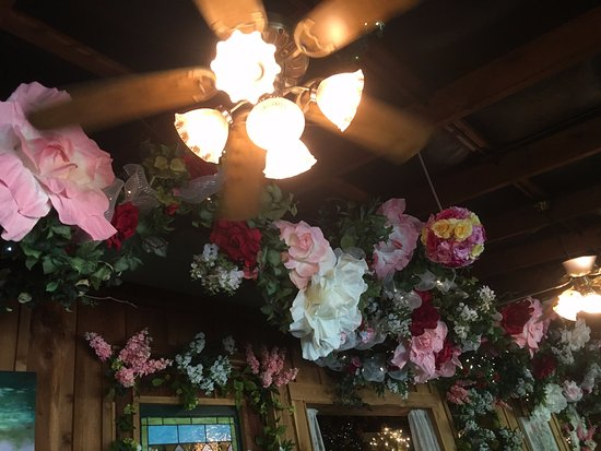 Grand Rivers, KY: flowers everywhere at Bill's!