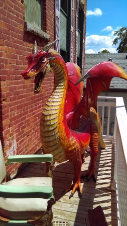 Fountain City, WI: The dragon on the back patio.
