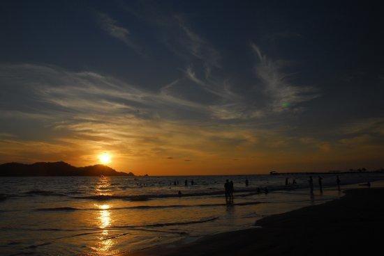 Azul Ixtapa Beach Resort & Convention Center: sunset from the beach