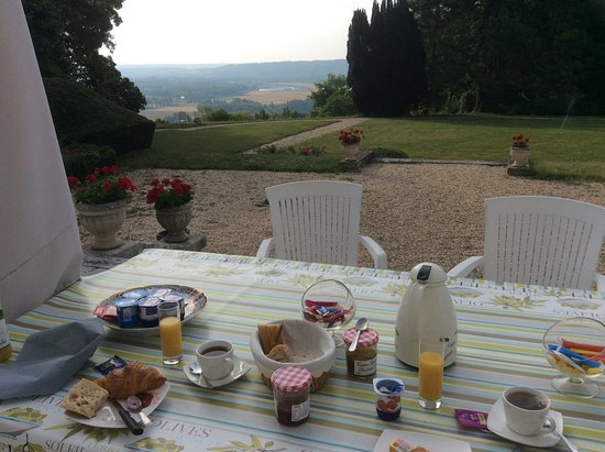 Saint-Pierre-du-Vauvray, Frankrike: Breakfast on the terrace looking out over the Seine Valley.