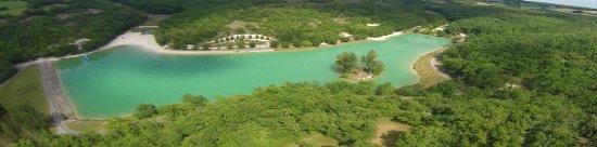 Montaigu-de-Quercy, Frankrijk: An aerial view of the lake