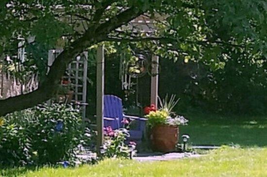 Interlaken, Estado de Nueva York: Relaxing back yard pergola