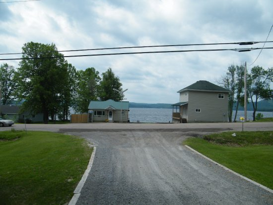 Calabogie, Kanada: Hotel office with large cabin for rent on the right. There are several of these right on the bea