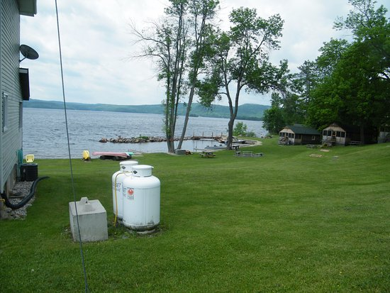 Calabogie, Kanada: Looking towards the boat ramp where there are canoes, kayaks, paddle boats and jet boats for use