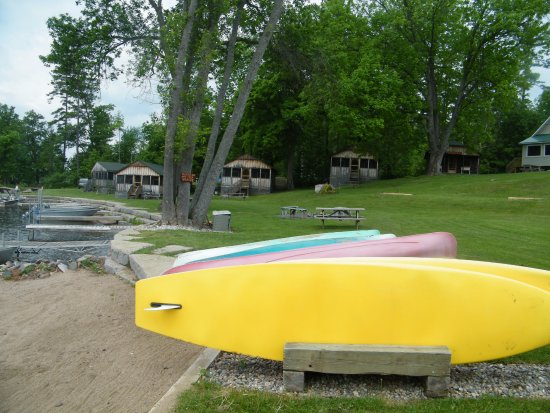 Calabogie, كندا: Some of the rough camping cabins and kayaks available on the beach side.