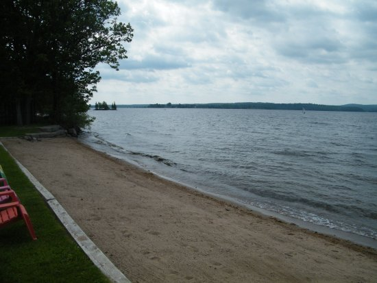 Calabogie, Canada: Beautiful soft sandy bottom, shallow for swimming, plenty of lawn chairs