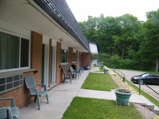 Calabogie, Canada: Each room has outdoor chairs and a BBQ to use.