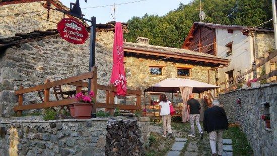 Saint-Marcel, Italy: Esterno con tavoli all'aperto