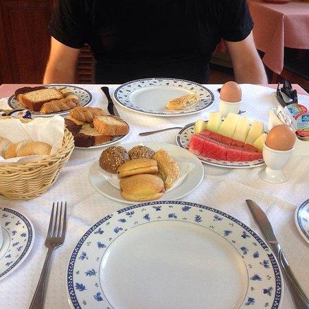 Ξενοδοχείο Φαίδρα: Birthday breakfast. Traditional Greek breakfast served by our gracious hosts in the lobby.