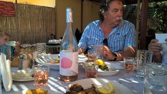 Katalagari, Greece: gevulde tafel met Kretenzer rosé