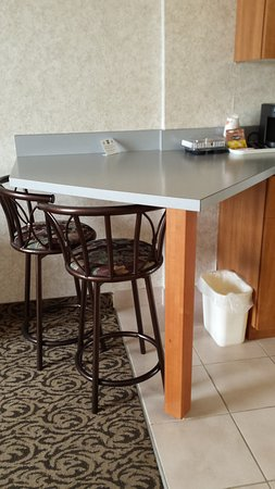 Quality Inn & Suites: Eating area of kitchenette