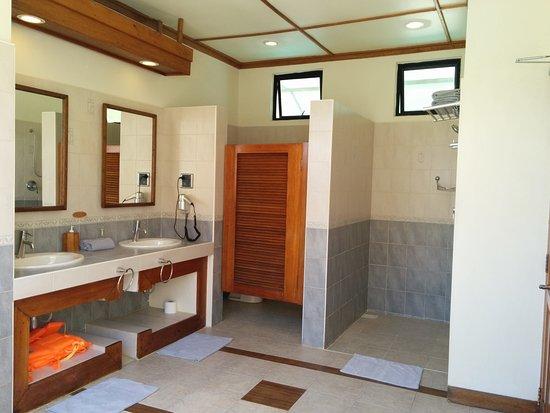 Dal bagno water bungalow si pu accedere anche alla veranda ed alla scaletta accesso mare foto - Si puo trovare in bagno 94 ...