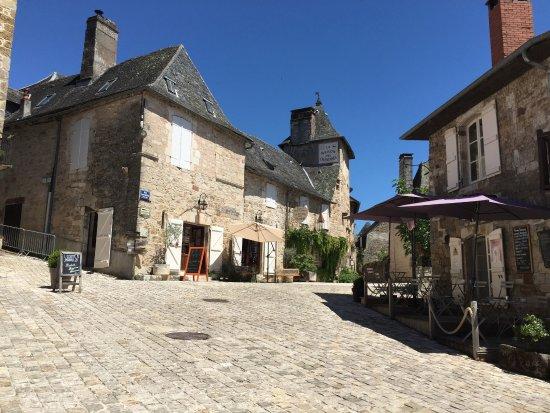 Turenne, France: Place en bas du château