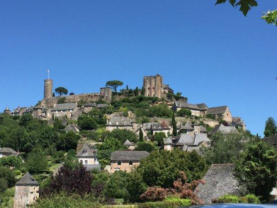 Turenne, France: Vue générale depuis le bas du château
