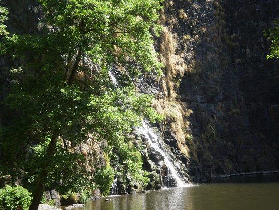 Andelat, France: cascade au fond du sentier à proximité du château