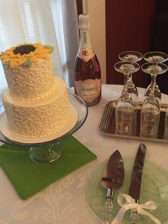 Mount Joy, Pensilvanya: Wedding Cake and Champagne