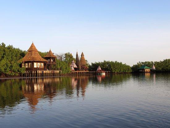Mandina River Lodge: early morning river trip