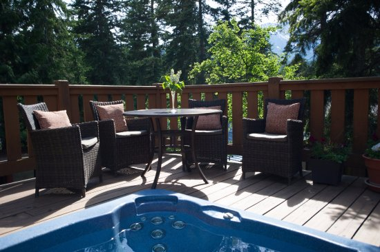 Auberge Kicking Horse B&B: Patio and outdoor hot tub