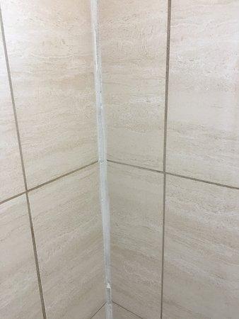 Lakeport, CA: lousy caulk job in shower