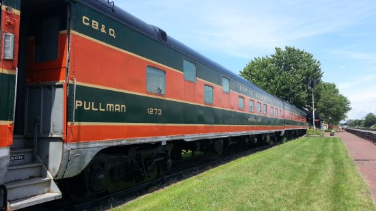 North East, PA: Dining and sleeping cars from post WWII on display.