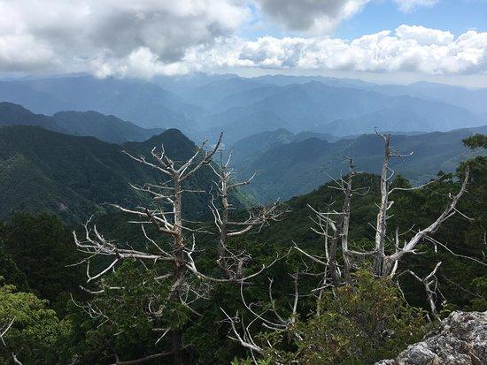 Ominesanji Temple: 鐘掛岩から勝負塚山・白髭岳方面の眺望