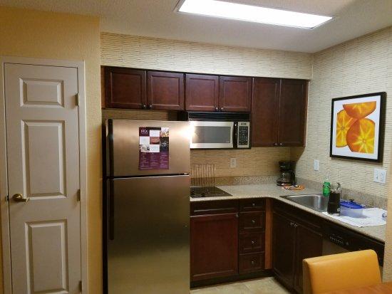 Residence Inn by Marriott Chesapeake Greenbrier : Kitchen at Residence Inn