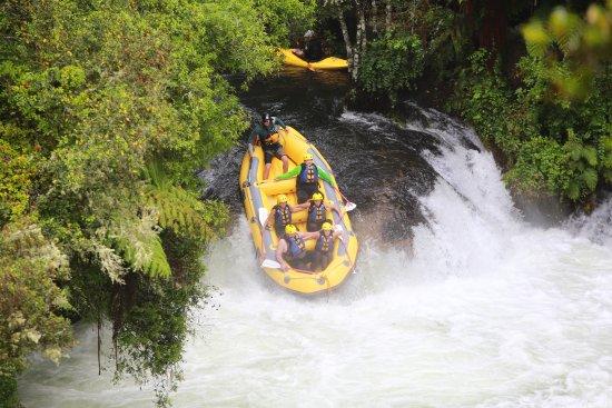Okere Falls, New Zealand: Down we go!! Kaituna River 23' drop.