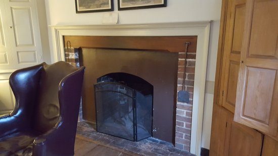 Colonial Houses-Colonial Williamsburg: The fireplace