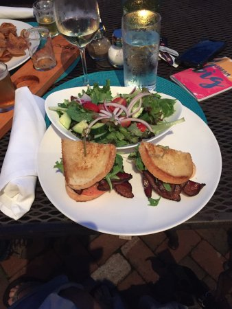 Exeter, Нью-Гэмпшир: Garden Salad and the New Hampshire BLT was sooo good!