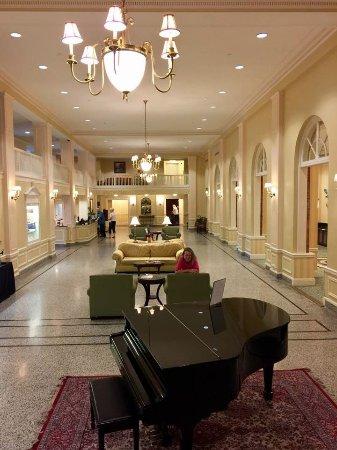 Staunton, فيرجينيا: Lobby taken from the bar