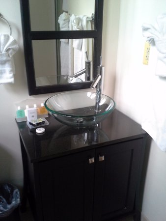 Hotel Brexton: Glass sink bowl in the bathroom.