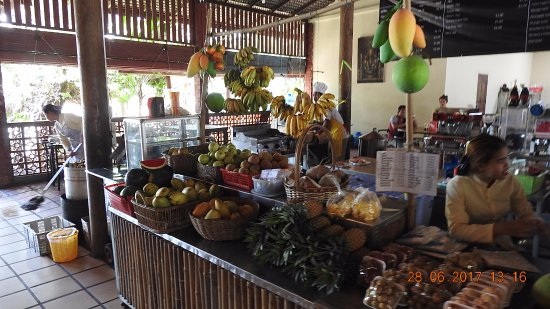 Kampong Thom, Kamboçya: tropical fruits for sale but its rather expensive