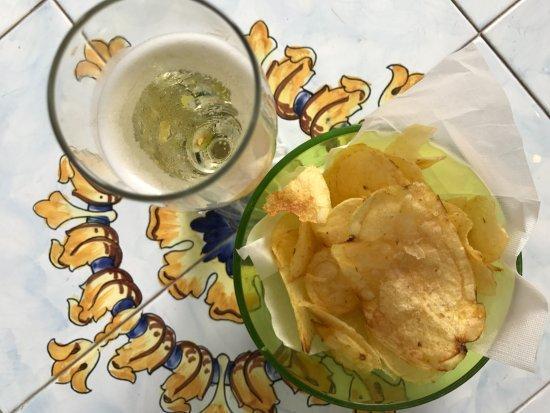 Hotel La Vega: Complimentary aperitivo - prosecco and chips!