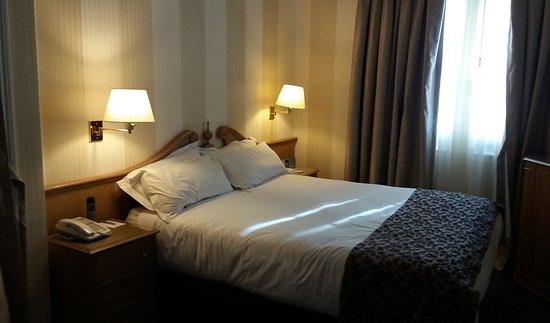 Claridge Hotel: Habitación con cama de matrimonio.