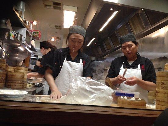 Prahran, Australien: Kitchen staff making dumplings