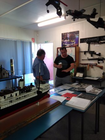 Wodonga, Australia: Visitor talking with John about the numerous exhibits