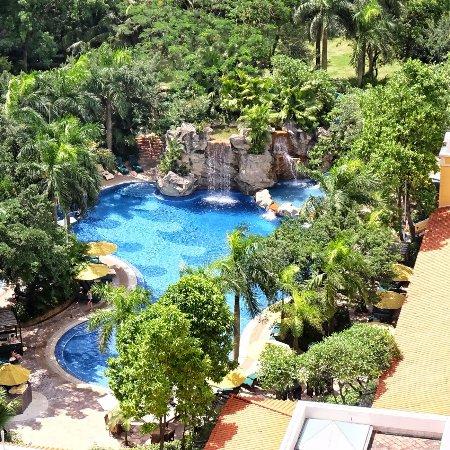 Grand Lapa Macau: 渡假村內有泳池我倆也興奮無比