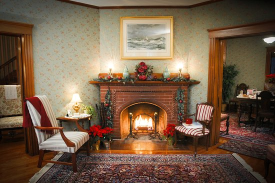 Palmer House Inn: Fire in the main fireplace in the parlor.